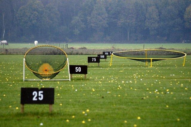 Golf arrangement in ontvangst en eten met drank en schietsport